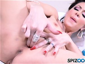 Jessica Jaymes gropes that sexy puss slot
