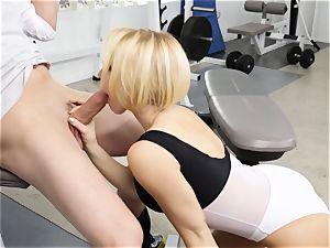 Kagney Linn Karter uber-sexy gym pummeling