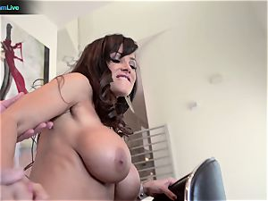 cougar adult movie star Lisa Ann heads for a morning fucky-fucky