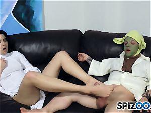 Daisy Haze jacks off yoda with her feet